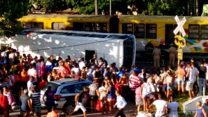Trem bate em ônibus e deixa vitimas