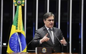 Senador do PSDB entra com representação criminal contra Dilma