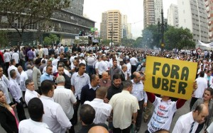 Taxistas fazem protesto contra proposta que regulariza o Uber em São Paulo