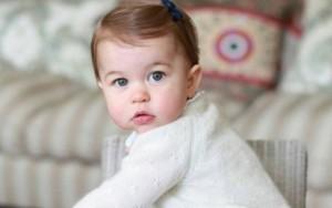 Fofura! Princesa Charlotte aparece em novas fotos na véspera do aniversário