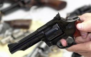 Comércio de armas avança no Facebook sem controle
