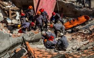Bombeiros resgatam corpo de vítima de desabamento de igreja em São Paulo