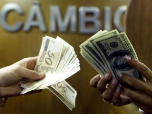 Dólar tem leve queda e fecha a R$ 3,48