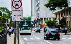 Mulher e idoso poderão descer fora do ponto de ônibus em SP