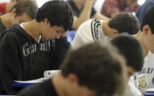 Um em cada quatro alunos sem Fies abandonam curso superior, aponta estudo