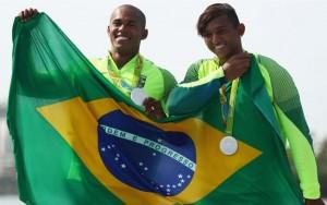 Isaquias festeja recorde e fica feliz por prata junto com o amigo Erlon