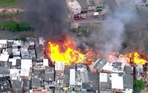 Incêndio destrói mais de 50 barracos na zona leste de São Paulo