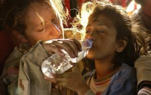 Cerca de mil crianças são deixadas em campo de refugiados demolido na França