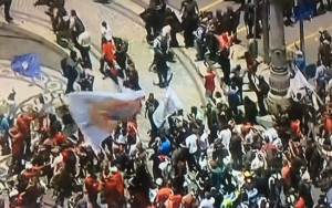 Servidores entram em confronto com a polícia antes de votação de cortes na Alerj