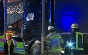 Caminhão invade mercado de natal e mata nove pessoas em Berlim