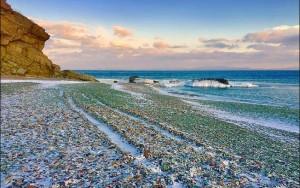 """Conheça a """"Praia de Vidro"""" russa, onde a natureza transformou poluição em arte"""