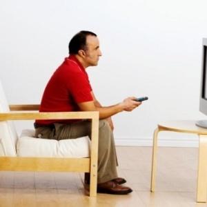 homem-assiste-a-tv