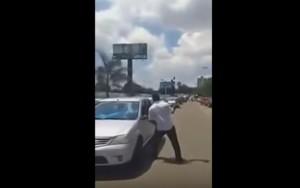 Homem quebra vidro de carros parados