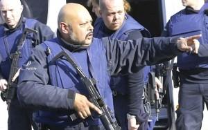 Polícia Bélgica caça homem ligado a ataques em Paris