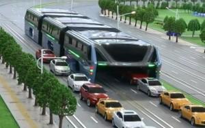 China apresenta ônibus do futuro, que leva 1.200 pessoas e trafega sobre carros