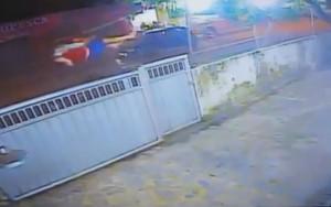 Jovens são arremessados após colisão entre moto e carro