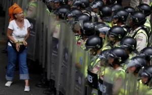 Maduro paralisa venda de alimentos e população se revolta na Venezuela