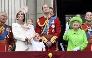 Com roupa verde limão, Rainha Elizabeth II comemora 90 anos com desfile