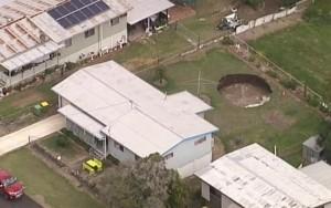 'A boa notícia é que você ganhou uma piscina': buraco se abre em quintal de casa