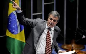 Cardozo afirma que história absolverá Dilma, chora e é aplaudido até por Renan
