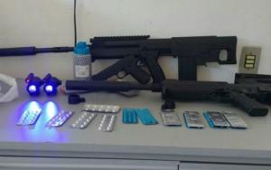 Idosa é presa com réplica de fuzil e faz crochê em base policial