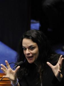 Autora de denúncia chora e pede desculpas a Dilma por tê-la feito sofrer