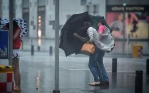 Tufão causa destruição na China e deixa em alerta cidades mais populosas do país