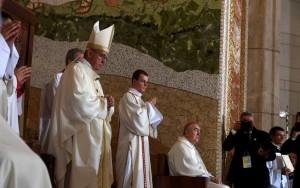 Como funciona a máquina de fazer santos da Igreja Católica