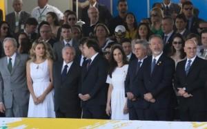 """Ministros minimizam """"Fora Temer"""" em desfile com presença do presidente"""