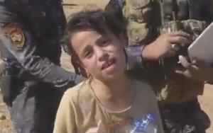 Criança agradece a soldados após ser resgatada do Estado Islâmico