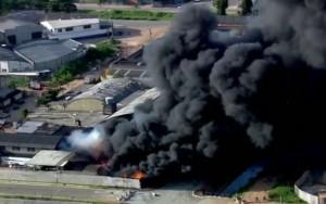 Incêndio de grandes proporções atinge empresa em Guarulhos