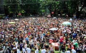 Urinar na rua no carnaval pode render multa de R$ 500 ao folião em SP