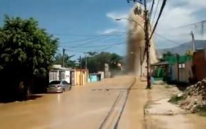 Rompimento de tubulação da Cedae causa estragos na zona oeste do Rio de Janeiro
