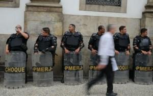 PM usa bombas de gás e spray de pimenta contra manifestantes em frente à Alerj