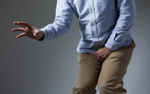 Falso médico é preso na Austrália após arrancar o testículo de um homem