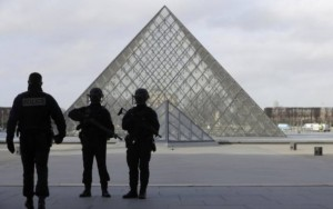Museu do Louvre reabre após atentado terrorista; suspeito tuitou antes de ataque