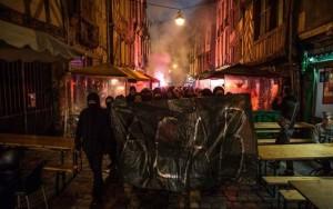 Policiais franceses estupram jovem negro com cassetete e violência comove país