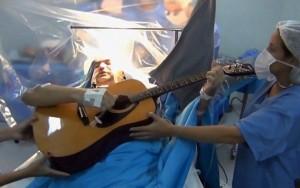 Paciente toca violão e canta para médicos durante cirurgia no cérebro em Santos