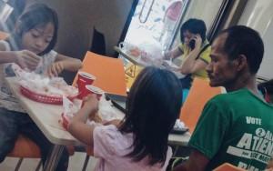Foto de pai com filhas em restaurante desencadeia onda do bem nas redes sociais