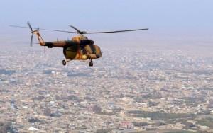 Homens-bomba atacam base militar no Afeganistão e matam mais de 140 soldados