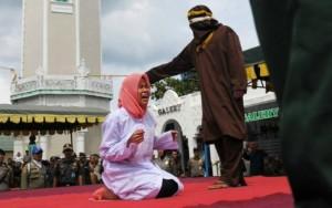 Na Indonésia, casal leva 25 chibatadas por fazer sexo antes do casamento